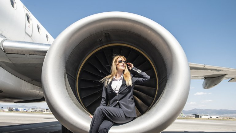 Това да е жена пилот е голямо предизвикателство не само заради отговорността, но и заради графика. За пилотите няма делнични и празнични дни, а вечерните смени продължават до късно и Надежда понякога се прибира след полунощ. Затова и подкрепата на семейството й е много важна.