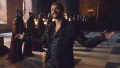 Зад лукавия персонаж на Юрон Грейджой от Game of Thrones застава датският актьор Пилоу Асбек.