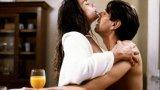 """""""Горчива луна"""" Питър Койот е на върха на кариерата си, тоест той е млад, секси, известен и точно е получил първата си номинация за """"Еми"""", когато Роман Полански го кани да участва в секстрилъра, върху който мисли. Историята проследява саморазрушителната връзка на млад американец и красива французойка. История за страст и много, много секс, която ще ви накара да се изчервите не само заради всичко показано, както си му е редът, ами и заради скандално перверзната Емануел Сение, която си остава едно от най-сексапилните присъствия в киното."""