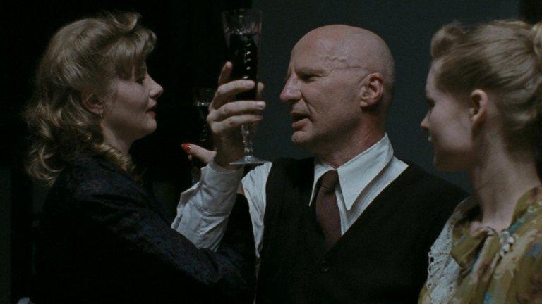 """""""Дау.Наташа"""" Филмът на режисьора Иля Хржановски отваря вратите на таен съветски институт, в който работят две жени - Олга и Наташа. Те са в сърцето на системата, представена само от абревиатура ДАУ и посещавана от учени и чужденци, сред които е и Люк Биге - мъж, с когото Нашата започва тайна връзка. Любовта ѝ към французина обаче не е изпълнена само с """"нежните преживявания"""", за каквито си мечтае, тъй като ДАУ е малък тоталитарен затвор, в който чувствата и мислите на хората са ограничени до определени рамки."""