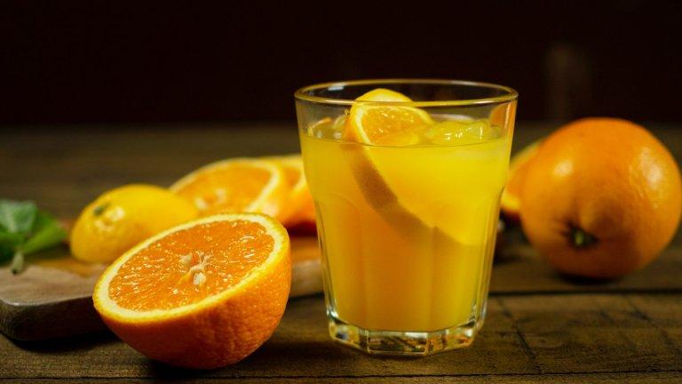 """""""Уиски Фриски""""Ако имате портокали, които се чудите какво да правите, можете да си приготвите този свеж коктейл. За една чаша ви трябват около 70 милилитра уиски, 30 милилитра прясно изцеден портокалов сок и половин чаена лъжичка мед. Изсипвате съставките в шейкър с лед и разклащате здраво, за да се смесят добре. След това наливате коктейла в ниска чаша с лед и украсявате с резенчета портокал."""