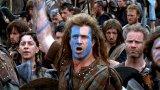 """""""Смело сърце""""  Толкова велик филм, а толкова малко общо с истинския Уилям Уолъс. Мел Гибсън прави уникална роля като водача на шотландските бунтове срещу Английската корона, но за да се изброят всички разминавания с историческата реалност, ще отнеме цял отделен текст.   От неавтентичното облекло на шотландците (килтовете започват да се носят няколко века по-късно), през мечовете, които не отговарят на историческата епоха, та до факта, че Уолъс и крал Робърт Брус въобще не се засичат като време на въстанията си, е съвсем отделна история. Колкото до онзи тънък момент с красивата френска принцеса, превърнала се в английска кралица, него съвсем няма да го коментираме. По-скоро ще пренебрегнем всички тези глупости, крещейки с пълно гърло """"FREEEEDOOOOOOOOOOOM!!!"""" Все пак """"Смело сърце"""" е за това, не за нещо друго..."""