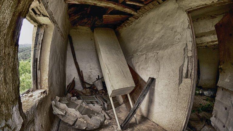 Всичко необходимо за едно погребение е струпано в преддверието. Дървената софра, лопатата, кофата и табута, с който са откарвали мъртъвците до гробището, отдавна са по-близо до Отвъдното, отколкото до света на живите