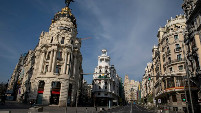 """Най-популярната търговска улица в Мадрид """"Гран Виа"""" сега е празна, докато Испания се надява, че пикът на заболели от коронавирус вече е минал. Снимка от 15 март."""