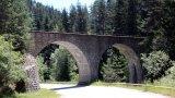 """Теснолинейката Септември - Добринище  Ако искате запомнящо се пътуване с влак и  екскурзия, за която няма да съжалявате, тогава изборът ви трябва да падне върху теснолинейката Септември - Добринище (до Септември може да стигнете с влак от София).  Наричана """"Алпийската железница на Балканите"""", в рамките на 4-5-часово пътуване тази линия ще ви отведедо най-високата гара на Балканите - Аврамово на 1267 м надморска височина, ще ви прекара през 17 тунела, няколко моста (на снимката виждате най-дългия по трасето - над Ваклево дере), водостоци, спираловидни изкачвания и подпорни стени, проектирани преди поне 80 години.  Това е туристически обект, привличащ хора от цял свят, а през февруари 2020 г. родопската теснолинейка влезе и в топ 10 на най-добрите пътувания с влак в Европа в класация на британския """"Гардиън""""."""