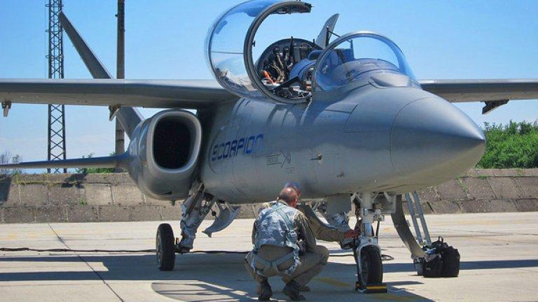 Самолетът тежи празен 5350 kg, а максималната му излетна маса е 9640 kg. Задвижва се от два реактивни двигателя Honeywell TFE731, всеки от които дава тяга от 18 kN. Максималната му скорост е 830 km/h, а далечината на полет възлиза на 4400 km.