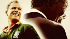 Несломим (Invictus) Режисиран от Клинт Истууд, филмът започва с освобождаването на Нелсън Мандела и неговото избиране за президент. Нацията е разделена, а Мандела (чудесно изигран от Морган Фрийман) се обръща към най-добрите атлети за времето с апел да му помогнат в изграждането на нова и обединена Южноафриканска република. Националният отбор по ръгби е сред силите на Африка, но губи от големите съперници - Англия, Нова Зеландия, Австралия. Самият спорт е територия за белите, а малкото чернокожи зрители по стадионите подкрепят съперниците на ЮАР. Мандела обаче иска световната титла и накрая черни и бели празнуват по улиците на ЮАР.