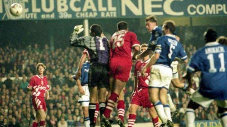 """Несгодите на """"Гудисън"""" Отдавна Ливърпул обърна нещата в дербито, но 90-те години бяха тежки що се касае до гостуванията в градските дербита. От 23 сблъсъка в декадата на 90-те """"червените"""" спечелиха само веднъж като гости. В периода 1994-1999 имаше поредица от девет мача без успех. А когато Ливърпул отново не успяваше да спечели, малките фенове не се появяваха на площадката в квартала. Имаха фигурки, стикери """"Панини"""" и плакат на """"Анфийлд"""" от птичи поглед в стаите си, което им бе достатъчно."""