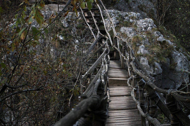 От южния край на ждрелото води началото си Трънската екопътека и по нея може да изкарате и цял ден - равни участъци край реката, стръмни изкачвания и слизания, мостове и стълби я правят интересно предизвикателство. Струва си да преминете през пътеката, колкото и трудна да ви се струва на места, тъй като от нея се разкриват невероятни гледки. Друг изходен пункт за екопътеката е село Банкя, в близост до което се намира и Ябланишкото ждрело.   Ждрелото на Ерма е свързано с местна легенда за невъзможната любов между двама влюбени – богата девойка и беден младеж. Майчина клетва ги проклела и те се превърнали в скали от двете страни на реката – близо един до друг, но не и заедно. Водите на реката били подхранвани от сълзите на двамата разделени. Тази история може да я спестите на половинката... Или пък да я разтопите именно с нея.