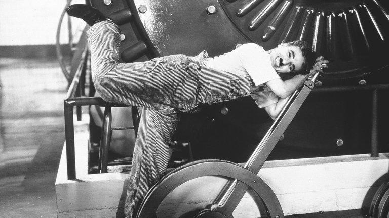 Личният живот на Чаплин е не по-малко цветен. Той има 4 брака, от които му се раждат 11 деца. Не остава и незабелязан афинитетът му към доста по-млади жени, като с годините разликата между него и съпругите му се увеличава драстично. Последната жена, за която Чаплин се жени на 54 години, е Уна О'Нил. Тогава те е едва на 19.