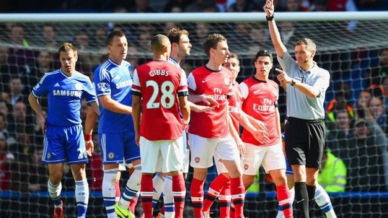 """3. Челси – Арсенал, Висша лига 2014 г. Ако нещата не бяха достатъчно лоши за Арсенал при загубата с 0:6 от Челси, то Андре Маринър ги направи такива. Съдията изгони Киърън Гибс, показвайки му втори жълт картон, но вместо това, трябваше да го покаже на Алекс Окслейд-Чембърлейн, който спря с ръка удар на Еден Азар. """"Инциденти със сбъркана самоличност на футболистите са рядкост и са резултат от няколко различни технически фактора. Въпреки всичко, това беше трудно решение и Андре е разочарован от това, че не е успял да накаже правилния играч. Той се извини на Арсенал, когато е разбрал за грешката си"""", казаха от съдийската организация тогава. Сбърканата самоличност е и една от причините за въвеждане на ВАР. Това е един от четирите случая, при които технологията може да се намеси. Останалите три са: съмнения за директен червен картон, засади и дузпи."""
