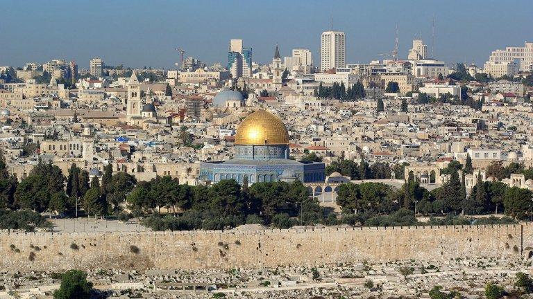8. Израел Израел, единствената еврейска държава в света, е малка страна на източния бряг на Средиземно море. Въпреки сравнително малкия си размер страната играе голяма роля в глобалните дела. Израел има силна икономика, силни служби, силна дипломация и връзки със Запада, и тренирана армия, която да пази страната от обтегнатите отношения с многото й арабски съседи.