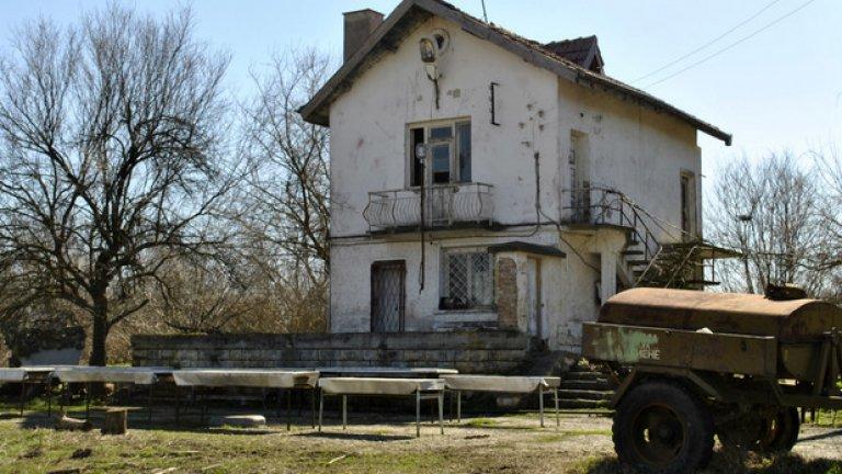 Пред бившата административна сграда на началството има водоноска, която и сега се използва