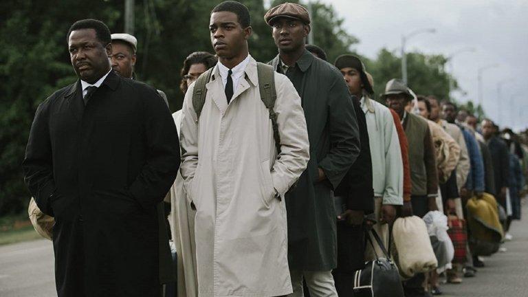 """Selma (2014)Платформа: Amazon PrimeПреди филма си за 13-ата поправка в Конституцията, Ава Дюверней е номинирана за """"Оскар"""" за тази игрална история, в която проследява бурния тримесечен период през 1965 г., когато Мартин Лутър Кинг-младши води опасна кампания за правото на глас за чернокожите в лицето на жестока опозиция. Останалият в историята епичен марш от Селма до Монтгомъри завършва с подписването на Закона за правото на глас от президента Джонсън и до днес остава една от най-значимите победи на движението за граждански права в САЩ. Неслучайно е и толкова важно да видим колко усилия е коствало то."""