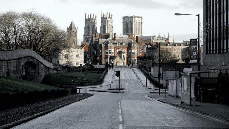 Йорк, ВеликобританияПо стандартите на Великобритания Йорк е среден град, който не би трябвало да има големи проблеми с трафика. Въпреки това Йорк води упорита война с автомобилите, най-вече заради красивия си средновековен център. Плановете са до 2023 г. този център да бъде изцяло освободен от коли, а до 2030 г. автомобилното движение да е ограничено само в покрайнините на града.  Засега всичко е на ниво планове на общинските власти и няма влезли в сила рестрикции. Основната цел е не само опазване на околната среда и чистотата на въздуха, но и това посетителите на Йорк да бъдат насърчени да обикалят живописния град пеш.