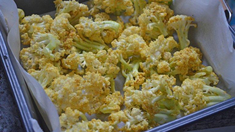 Карфиол вместо ориз  Да, оризът също може да бъде заместен с по-нискокалорична алтернатива, в случая - с карфиол, който да се надроби много ситно и да се свари в леко подсолена вода. Карфиолът замества ориза успешно в кремообразно ризото, в леко запържени ястия с пиле и зеленчуци по китайски или като гарнитура към месо и риба. С подходящите подправки никой няма да се усети.