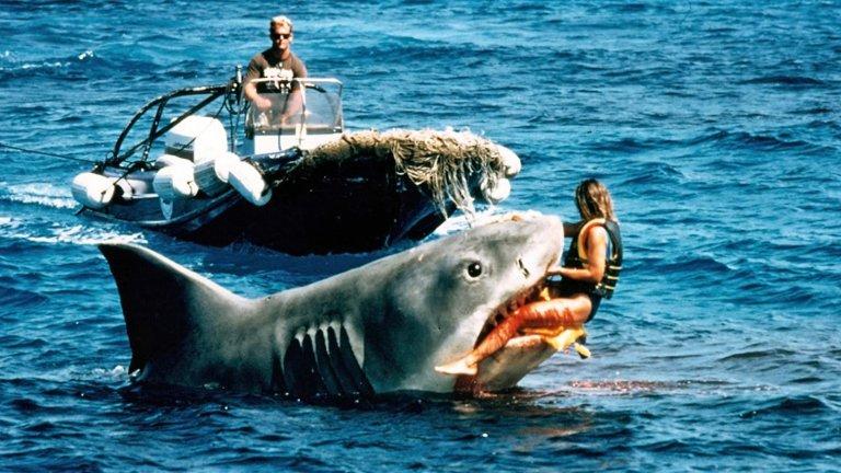 """""""Челюсти: Отмъщението"""" (Jaws: The Revenge)Година: 1987""""Тъп отвъд мислимото, кух, кървав и безсмислен - това е един суетен филм на Universal Studios, с който да осигуриш заетост на Голямата бяла икона"""", бързо и безмилостно го потапя критичката Шейла Бенсън в Los Angeles Times. Тя обаче далеч не е единствена - консенсусът на критиката е, че поредното продължение на хорър класиката на Спилбърг от 75-а е абсолютно лишено от смисъл.  Нещо повече - според легендарния критик Джийн Сискел, когато гледаш актрисата Лорейн Гари на екран в главна роля, просто ти се иска акулата да я изяде и всичко да приключи."""