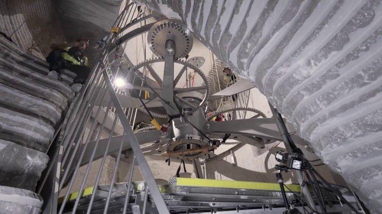 Часовник, който ще работи 10 хил. годиниСобственикът на Amazon инвестира в този проект 42 млн. долара, а целта е да изгради механичен часовник, който ще работи през следващите 10 хил. години. Идеята за такъв часовник е от 1995 г., но Безос има амбициите да е първият, който я е реализирал до напълно работещ уред. Механизмът на часовника ще е с впечатляващата височина от над 150 метра.