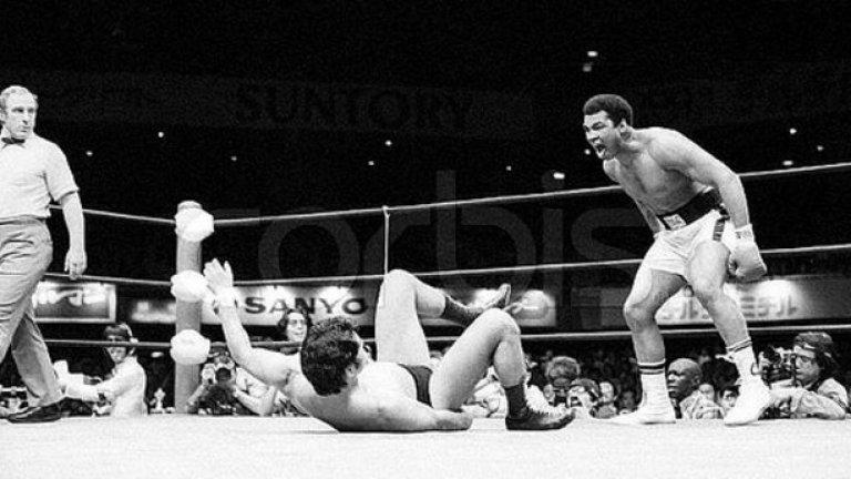 Мохамед Али се изправя срещу професионалния борец Антонио Иноки през 1976 г. в Токио.