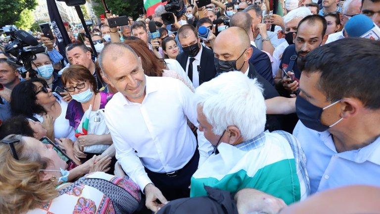 """""""България не е сосбествонст на олигарсите, тя е за всички нас. Тук сме, за да поискаме честни избори и машинно гласуване, за да не може мафията да се възпроизвежда. Тук сме, за да покажем, че Европа не може да гледа на България повече с широко затворени очи"""", каза още президентът."""
