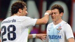 Стендардо от Лацио поздравява съотборника си Лихтщайнер за изравнителния гол срещу Милан