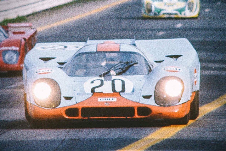 """Porsche 917, """"Льо Ман""""   Достатъчно е да кажем, че зад волана на тази кола е не кой да е, а Стив Маккуин, още наричан """"Кралят на якото"""". Всичко, до което той се докоснеше, се превръщаше в култова вещ, а това важи в още по-голяма степен за автомобилите му.   В """"Льо Ман"""" Маккуин кара Porsche 917 – типичен представител на бранда си със своя нисък, спортен профил и кръгли предни фарове. Това е първият автомобил на марката, който е снабден с 12-цилиндров двигател. Моделът, който се появява във филма с Маккуин, е продаден на аукцион за рекордните 14 млн. долара."""
