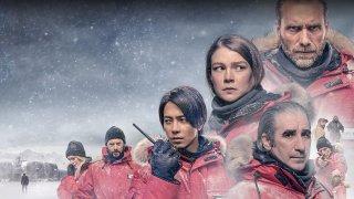 """Какво да очакваме от сериалите на месеца - от фентъзи и фантастика, през доволно напрегнати трилъри и истории за съвсем реални убийци, та до разпускащи комедии. Ще има и фикция, и някои доста добре изглеждащи документални поредици.  Повече можете да видите в нашата галерия: The Head (HBO Max) - 4 февруари Ако има нещо, което да изглежда наистина обещаващо през февруари за феновете на по-мрачните и страшни жанрове, то това със сигурност е The Head. Студ, ледове и мистериозни убийства. Малко преди началото на зимата международният екип от учени климатолози напуска станцията си на Южния полюс, оставяйки малка група свои колеги да """"зимуват"""" и да продължат с изследванията си. Когато обаче след 6 месеца учените се завръщат, заварват станцията призрачно празна. Част от колегите им са изчезнали, но друга от тях са трупове по пода. И очевидно в базата има убиец на свобода, който може да застраши сигурността на всички."""