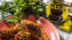 Вижте как да приготвите пиле с грах и картофи по родопски.