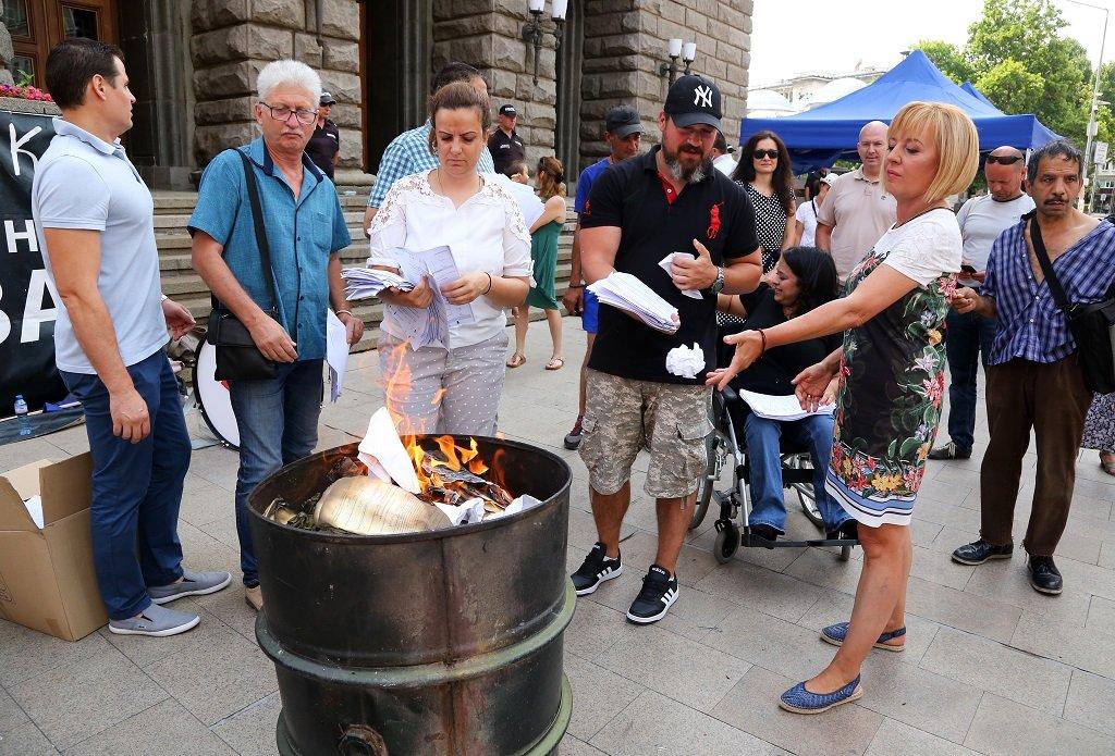 Междувременно Мая Манолова, която в предишни дни се включваше в протеста срещу кабинета, запали протоколи от местните избори пред сградата на ЦИК. По думите ѝ акцията е във връзка с отказа на комисията, премиера и правителството да обявят обществената поръчка за осигуряване на машините за гласуване.