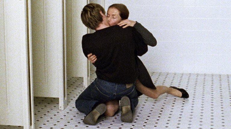"""""""Учителката по пиано"""" Филмът напомня силно """"Записките по един скандал"""", тъй като отново разказва за отношенията между учителка и ученик. С тази разлика, че ако някой може да пише добре за женската сексуалност, то това е австрийката Елфриде Йелинек (авторката на """"Монолози за вагината""""). Германският режисьор Михаел Ханеке снима тази брутално откровена сексуална история и го прави добре. А Изабел Юпер, както обикновено, се въплъщава в ролята си впечатляващо органично."""