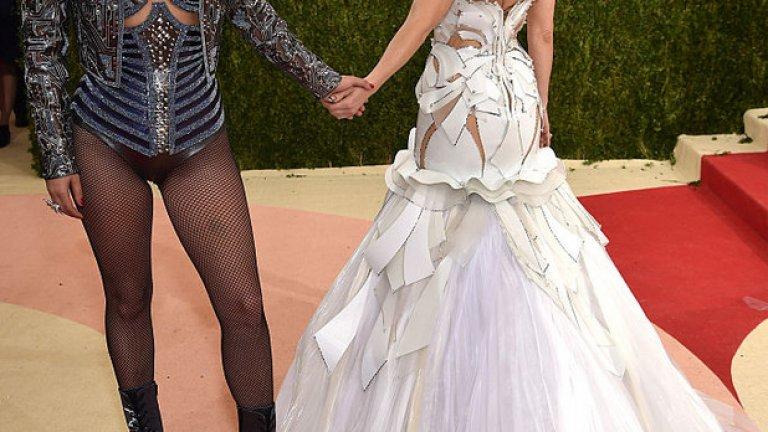 """Звездите от шоубизнеса заложиха на стила """"Ex Machina: Бог от машината""""   На снимката: Лейди Гага и Кейт Хъдсън  Вижте в галерията кой дефилира на годишния бал на костюма в Ню Йорк, по-познат като """"Мет Гала"""""""