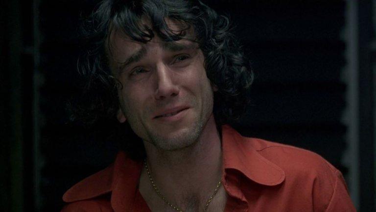"""""""В името на Отца""""(In The Name Of Father) (1993 г.) Филмът разказва за дребния крадец от Белфаст Гери Конлън (Даниъл Дей-Люис), който е несправедливо обвинен в участие в бомбения атентат на групировката ИРА, отнел живота на няколко души в градчето Гилдфорд. Притиснат от британската полиция да си признае, Гери и няколко негови приятели поемат вината за атентата. Младият мъж е осъден на 15 години затвор, а баща му се опитва да докаже неговата невинност, разчитайки само на помощта на един адвокат."""