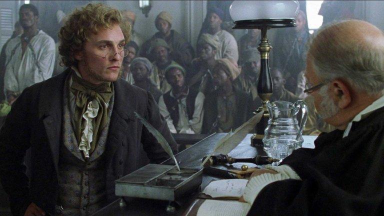 """""""Амистад""""  Тази епична драма за борбата срещу робството, кръстена на един кораб с роби, е колкото вдъхновяваща, толкова и глуповата в историческо отношение. Така например, макар героят на Антъни Хопкинс - Джон Куинси Адамс - действително да държи пламенна защита срещу робството, показаните във филма действия са много по-замазани и оптимистично преувеличени от реалното дело.   Да не говорим, че филмът тактично пропуска как 3000 бели американци си плащат по 12 цента, за да гледат поставените в клетка чернокожи обвиняеми. Общо взето филмът е направен по този начин, за да придаде на главните си персонажи (бели като цвят на кожата) повече героичност, отколкото са си имали по принцип. Да не говорим, че случаят """"Амистад"""" далеч няма тази сила върху борбата за освобождение на чернокожите."""