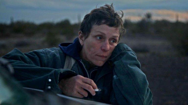 """""""Земя на номади"""" Филмът, фаворит за предстоящите награди """"Оскар"""", проследява живота на 60-годишната Фърн (Франсис Макдорманд), която след финансово сътресение на компанията, в която работи, губи и доходите, и дома си. Остава ѝ малък кемпер, с който тя решава да обиколи Америка, започвайки от родния си щат Невада. Като един съвременен номад, тя постоянно сменя адреса си и се среща с различни хора, които оформят картинката на съвременното американско общество."""