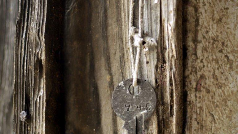 Преди много години нечии ръце са окачили този ключ на стената, за да не бъде използван никога повече