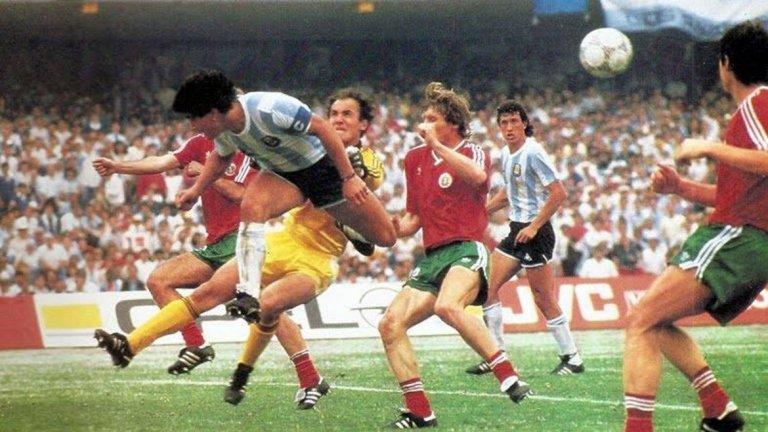 Боби Михайлов срещу Диего Марадона на Мексико 86.