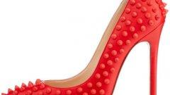 """CHRISTIAN LOUBOUTIN  Модел """"Pigalle"""" от червена кожа, состър нос (колекция 2013)  Този чифт обувки е показан като един от най-красивите   модели в света. Макар тези секси обувки да съществуват и в черен и бял вариант,   модните експерти са единодушни, че червеният модел е просто неустоим.   Собственици на този модел   са Мегън Фокс, Оливия   Уайлд, Рене Зелуегър и много други."""