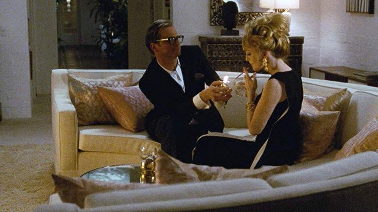 """""""Самотен мъж"""" (A Single Man, 2009 г.) Адаптацията по едноименния роман на английския белетрист Кристофър Ишъруд e поетичен  филм за самотата, действието в който се развива през 60-те години в Лос Анджелис.  Ако сюжетът не ви заинтригува, може да ви """"хване"""" това, че е режисьорски дебют на модния дизайнер Том Форд, а в главната роля е Колин Фърт. Той играе наскоро загубил партньора си хомосексуален професор, който започва връзка с един от учениците си. Някои сцени изглеждат като от страниците на модно списание. Костюмите, носени от Джулиан Мур, която е дългогодишна муза на Форд, са достатъчно добри да бъдат показани и на модния подиум."""