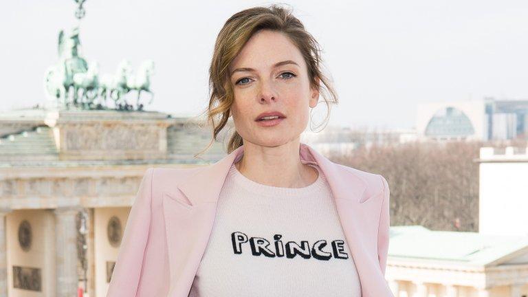 """Може би познавате Ребека Фъргюсън от историческата драма на BBC """"Бялата кралица"""" или пък от """"Мисията невъзможна"""".  И това е достатъчно интересът към нея да расте, но тепърва ще има поводи да се вълнуваме от ролите на шведската актриса - предстои тя да бъде на фокус във филма Reminiscence на Лиса Джой (създала вселената на West World), а след това и в амбициозния проект """"Дюн"""" на Дени Вилньов, където ще играе Лейди Джесика. Преди това обаче посягаме към биографията ѝ и открехваме страниците в нея."""