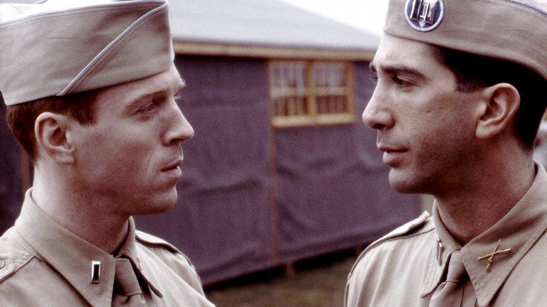 """РолитеПрез годините Шуимър се снима по-скоро в епизодични роли (кадърът е от минисериала """"Братя по оръжие"""", където той има участие в три епизода). През 2016 г. обаче настъпва раздвижване - актьорът се завръща на малкия екран в ролята на Роб Кардашиян в документална поредица """"Народът срещу О Джей Симпсън: Американска криминална история"""", а през 2018-2019 г. участва в пет епизода от продължението на небезизвестния сериал """"Уил и Грейс"""".Най-съществените му роли обаче вероятно са от последните две години - през 2019 г. Шуимър се снима в сравнително успешния The Laundromat на Стивън Содърбърг, а през 2020 г. той попада на фокус в сериала Intelligence на CBS, където играе таен агент, който стиска ръка с млад хакер, за да разрешават заедно киберпрестъпления."""