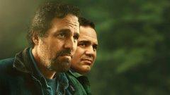 """Кои сериали да гледате през май? Защо не опитате с новите шоута, които тепърва дебютират на екран. Може сред тях да откриете и новия си фаворит:  """"Дотолкова съм сигурен"""" (I Know This Much Is True) Гледаме в: HBO Go Премиера: 11 май  Марк Ръфало (""""Отмъстителите"""", """"Спотлайт"""") влиза в ролята на двама братя близнаци - Доминик и Томас Бърдзи. Епичната драма от шест части проследява паралелно различни етапи от техният живот - от настоящето към миналото чрез спомните на Доминик.   Минисериалът е базиран на романа със същото име на Уоли Лам. Ръфало, въпреки че е познат на масовата аудитория като Брус Банър/Хълк в комиксови филми, е солиден актьор, който се изправя пред интересно предизвикателство. Доста харесахме последния път, в който видяхме един актьор да играе близнаци (Юън Макгрегър в третия сезон на """"Фарго""""), така че сме любопитни как ще се справи тук."""
