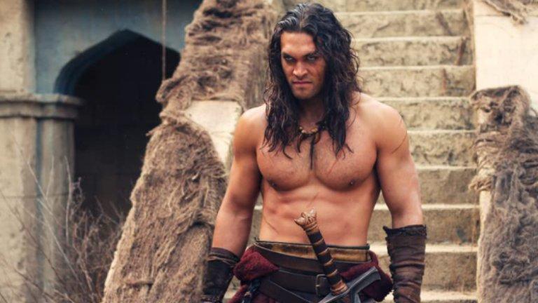 """Джейсън Момоа в """"Конан Варварина""""Актьорът, изгрял в """"Игра на тронове"""", е единственият, в чийто профил в IMDB има повече голи снимки, отколкото такива с дрехи. Истината е, че въобще не сме учудени - този огромен мъж има греховно секси физика, в която имат пръст и индианските му корени, затова нямаме против, че често влиза в роли, които изискват да остане без тениска."""