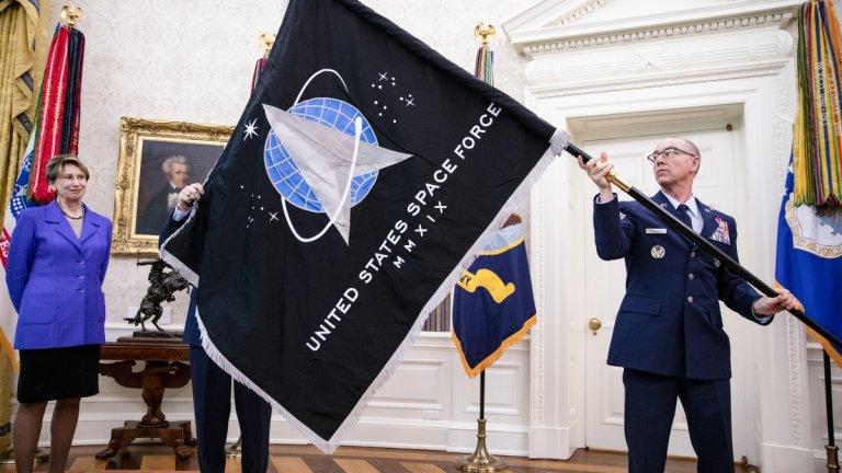 Американският президент представи знамето на Космическите сили на САЩ