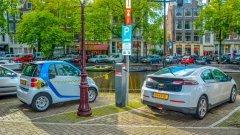 Властите в холандската столица искат да забранят всички превозни средства с бензинови и дизелови двигатели до 2030 г. Това обаче ще изисква голям брой зарядни станции.