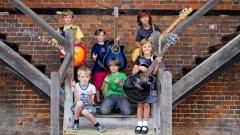 Zoe Thomson, Harry Jackson, Kieran Fell и Archie Zolotuhin (китари), Harrison Read (соло) и Charlie Emmons (барабани)
