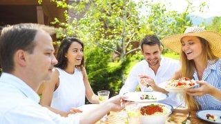 Какво по-хубаво от вечеря на открито в приятна компания с домашно приготвена храна?