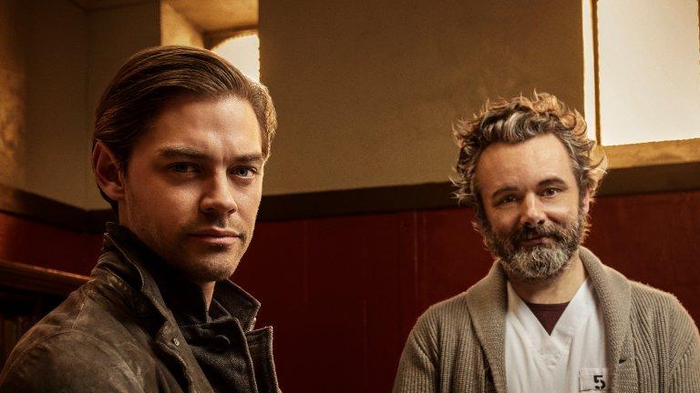 """Prodigal Son - сезон 2 (FX) - 12 януари Отвъд шумно рекламираните сериали на големите стрийминг платформи, Prodigal Son се оказа едно от добрите попадения на миналата година (макар че сериалът започна още през 2019-а). Историята разказва за Малкълм Брайт (в ролята Том Пейн) - син на психопат и сериен убиец, който е посветил живота си на това да преследва хора като баща си. Когато на сцената се появява имитатор на баща му - Мартин Уитли (бивш успешен хирург в Ню Йорк), син и баща трябва да възобновят отношенията си.  Ясно е, че сериалът черпи с пълни шепи от идеята на """"Мълчанието на агнетата"""" и сериала """"Ханибал"""", но го прави по един доста приемлив начин, пречупвайки всичко през динамиката на отношенията между баща и син. Паралелно с това обаче върви историята на цялото семейство на бившия хирург, като всеки от тях се опитва да намери своето място в света след позорното разкритие за неговите мрачни импулси. И това на фона на ново брутално убийство във всеки епизод.  Вторият сезон ще надгради там, където завършва първия - с окървавените ръце на Малкълм и на сестра му Ейнсли. Едно убийство ще засили съмненията на младия детектив, че и той притежава същите импулси като баща си, докато сестра му трябва да живее вече с мисълта, че е отнела човешки живот. Междувременно откачените убийства в Ню Йорк не спират."""