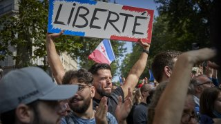 Въпреки протестите над 60 на сто от френските граждани одобряват задължителните ваксини за здравните работници