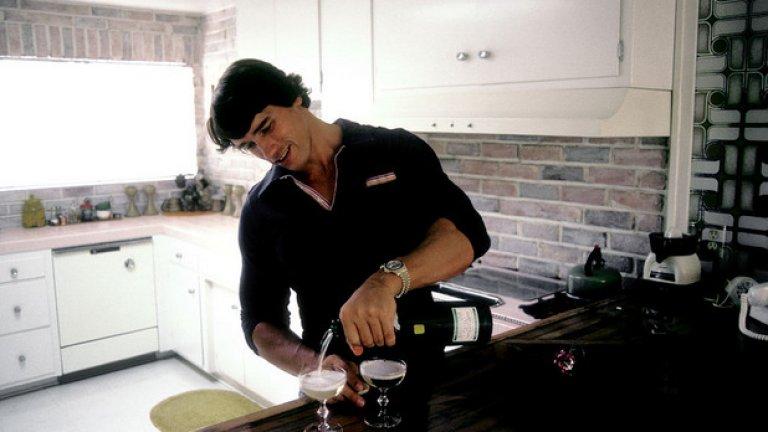 Август, 1977 година. Шварценегер вече живее в Калифорния. На снимката той е в дома си в Лос Анджелис и си налива шампанско.