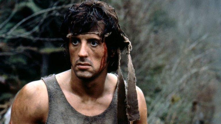 """Джон Рамбо от """"Рамбо"""" Впечатляващо е колко хора успява да ликдивира Рамбо във филмите от поредицата и то без да притежава някакви суперсили. Въпреки симптомите му на посттравматичен стрес от годините в армията, Рамбо е способен да се стегне за секунди и да спаси американски пленници във Виетнам например, носейки със себе си само нож, лък и мускулите си.   Той е преживял и повече мъчения, отколкото редица други пишман екшън геройчета могат да си представят. Затова не бива да го виним, когато от време на време излиза от контрол и заплашва офицери от американската армия."""